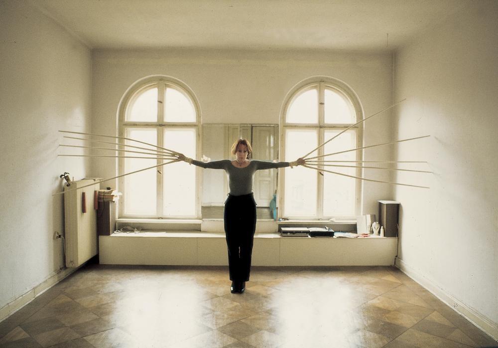 Rebecca Horn, Berlin – Übungen in neun Stücken: Mit beiden Händen gleichzeitig die Wände berühren, 1974–1975 (Filmstill) 16 mm (digitalisiert), Farbe, Ton Rebecca Horn Collection