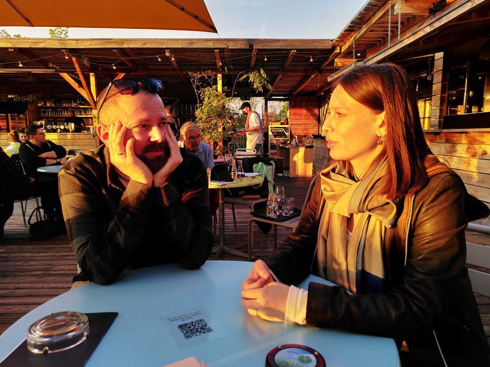 Sonnengeküsst: Der diesjährige Gewinner der BaselBartender Competition, Martin Bornemann, mit seiner Partnerin, Christina, auf dem Viertel_Dach.