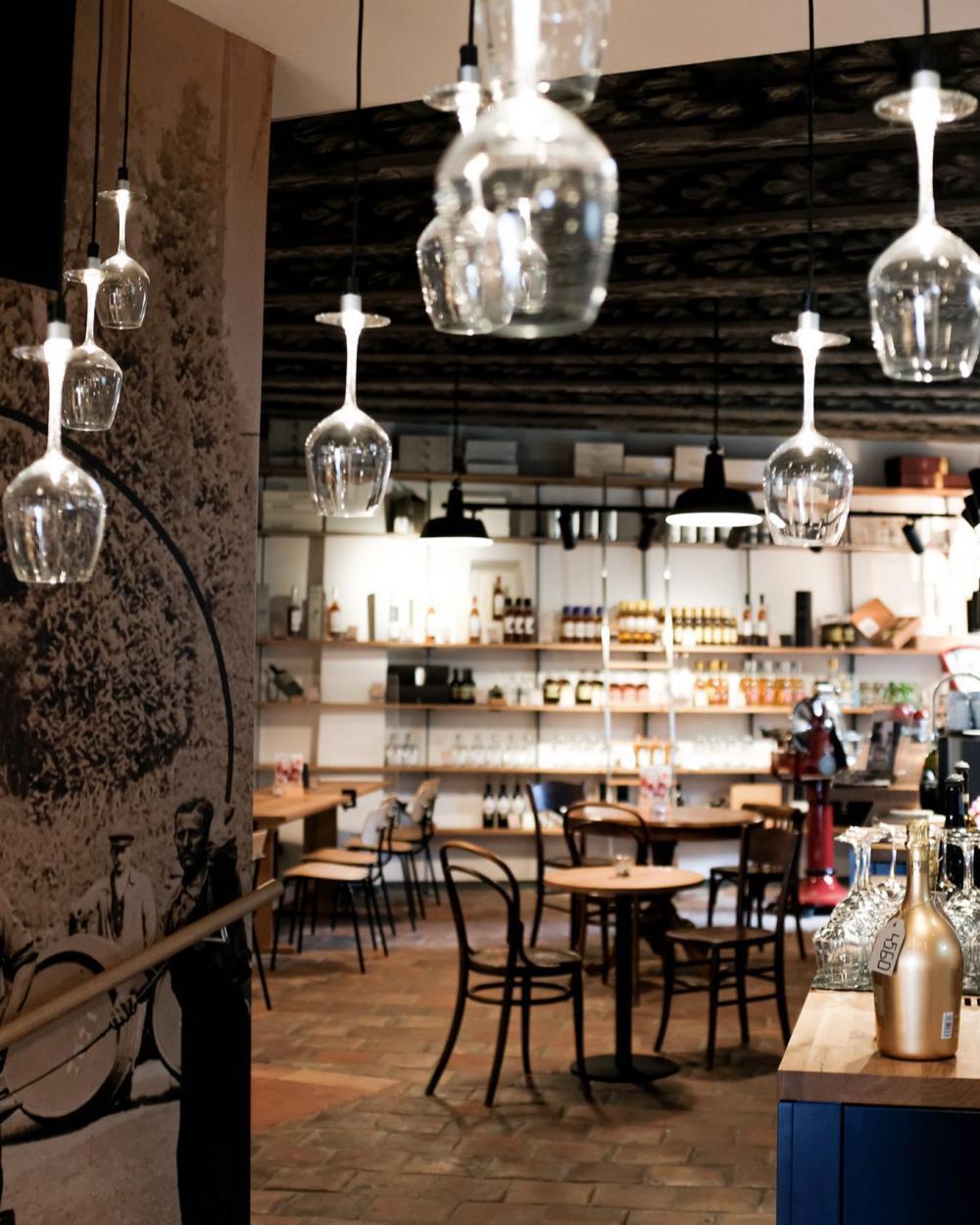 Bei Chez Grisoni hängen die Gläser sogar von der Decke runter.
