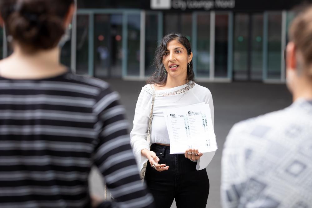 Die Stadtführerin Jana Schmid ist Humangeografin und hat sich in ihrem Studium mit unterschiedlichen sozialen Realitäten im Raum auseinandergesetzt ...