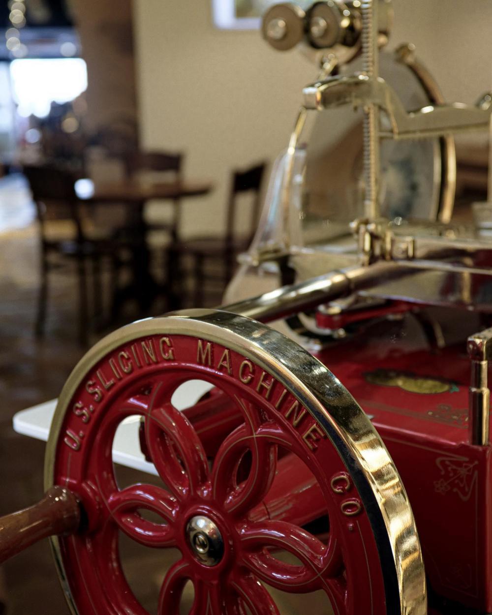 Geniesse ein Apéro-Plättli, welches frisch an der roten Berkel Aufschnittmaschine für dich zubereitet wird.