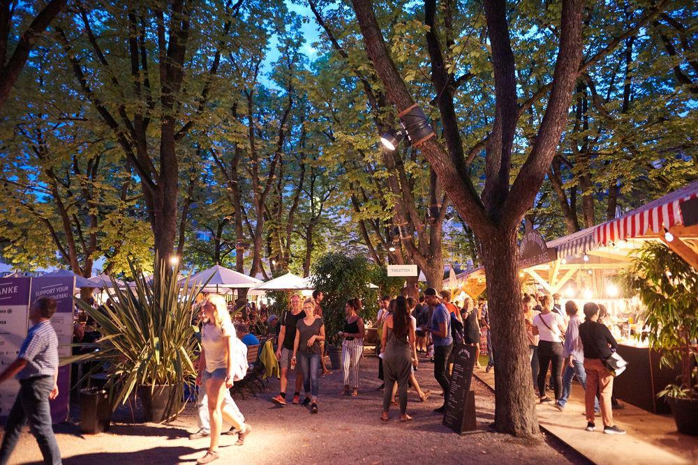 Lass dich im lauschigen Filmdorf an den verschiedenen Food-Ständen unter den grossen Kastanienbäumen verwöhnen ...