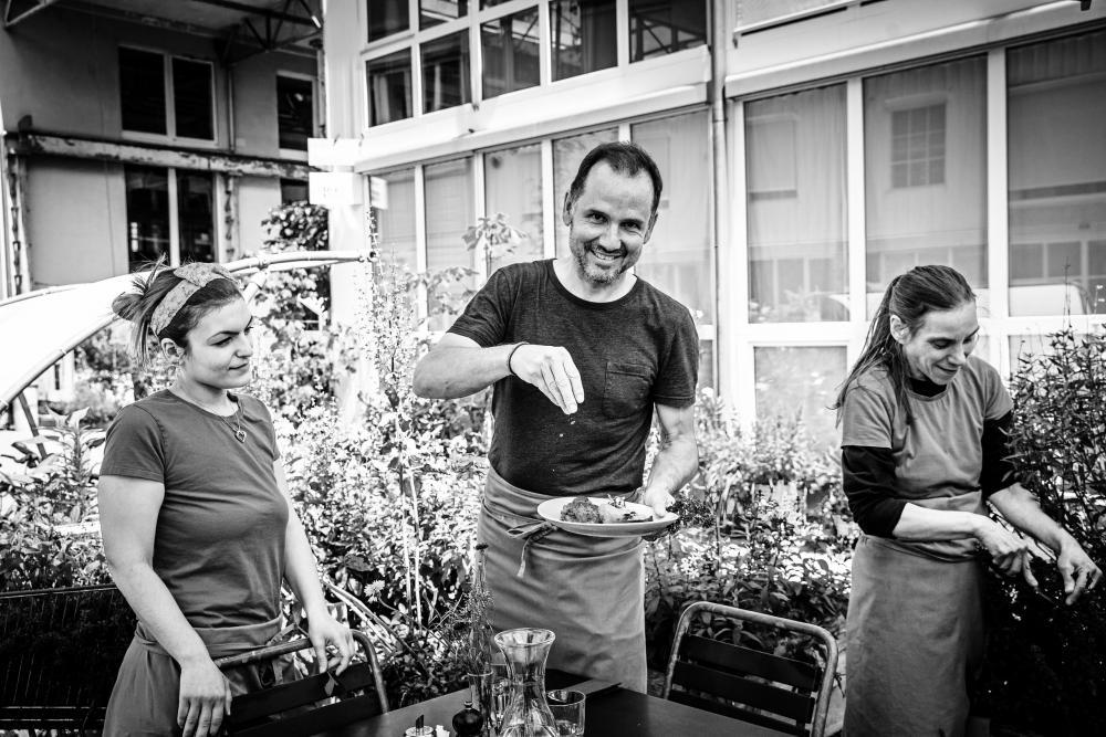 Andreas Seiler (Mitte) und seine Mitarbeiterinnen Clea Reo (links) und Nadine Kohler legen im Bio Bistro Wert auf grösste Qualität.