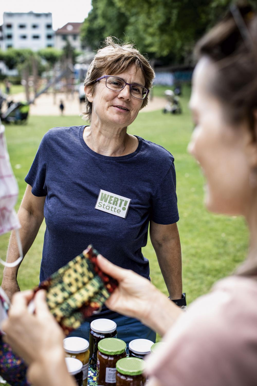 WERT!Stätte: Sonja Grässlin, Initiantin von WERT!Stätte, macht mit ihrem Team Konfitüre und Sirup aus lokal gerettete Früchten und Upcycling aus Textilien, die nicht mehr genutzt werden.
