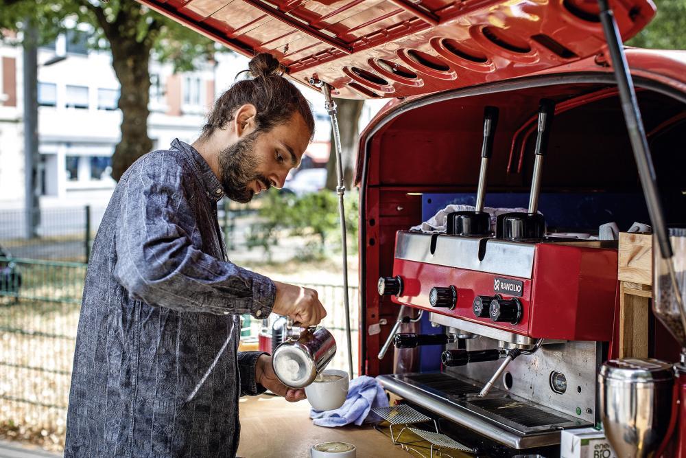 Kaffeemobil: Timon Strübin, Inhaber von Kaffeemobil Laviña, bereitet nachhaltigen Spezialitätenkaffee aus El Salvador zu und legt Wert auf den Austausch mit seinen Gästen.