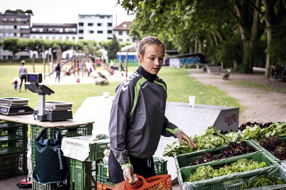 Birsmattehof: Hannah Kummerfeld, Mitarbeiterin Birsmattehof, verkauft im Sommer Bio-Gemüse auf den Wochenmärkten.