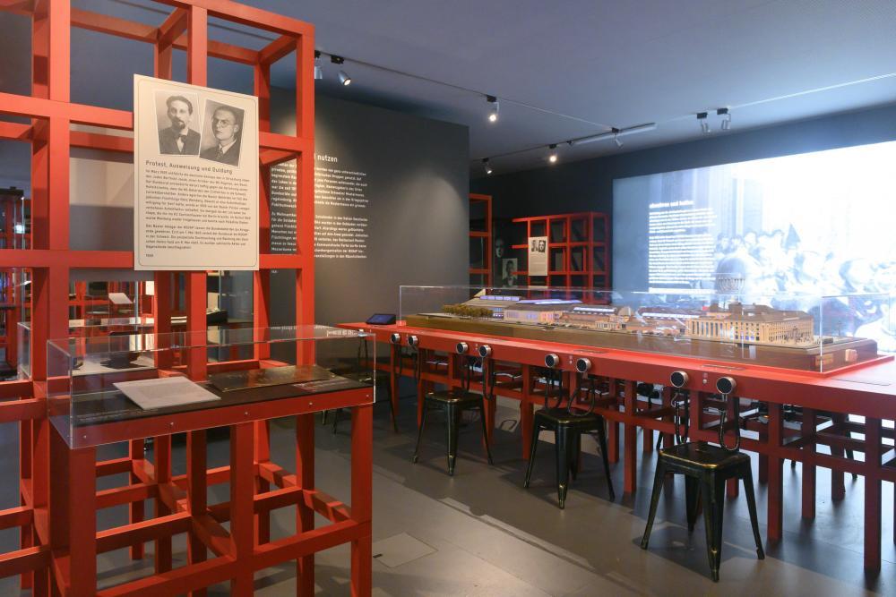 Blick in die Ausstellung «Grenzfälle – Basel 1933–1945»