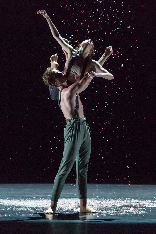 Tanz, Körperkunst und Magie auf der Bühne – Amyra Badro und Matei Holeleu in «Golden Insomnia» von Jorge García Pérez