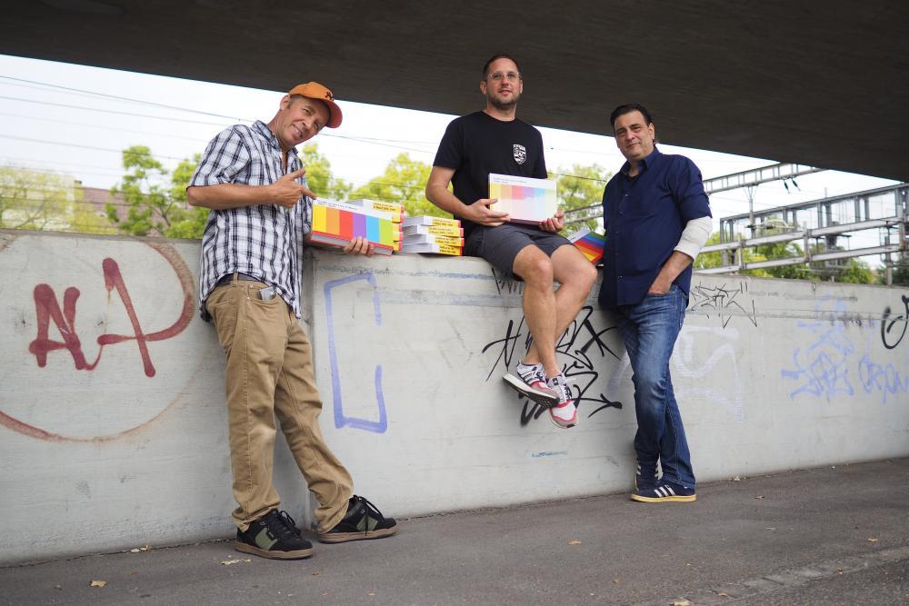 Thierry Furger (Mitte) mit Sprayern der ersten Stunde: Philipp Tschanz alias Dest Jones (links) und Pietro «g204» Del Sonno (rechts).