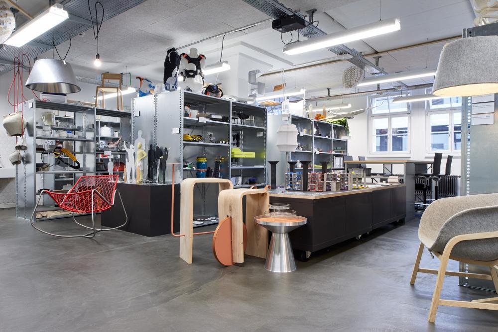 Realisierte Produkte und Prototypen, die im Rahmen des Studiums Industrial Design entwickelt werden, sind im Design Culture Lab am Institut ausgestellt.