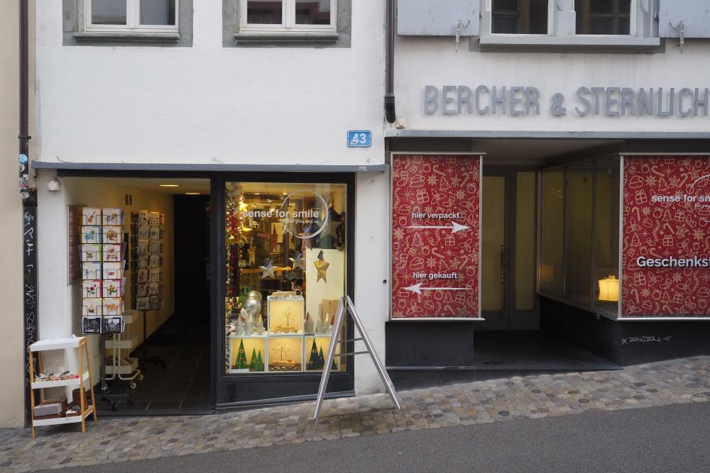 Links Sense for Smile, rechts die Geschenkstation im ehemaligen Modellshop-Geschäft Bercher & Sternlicht.