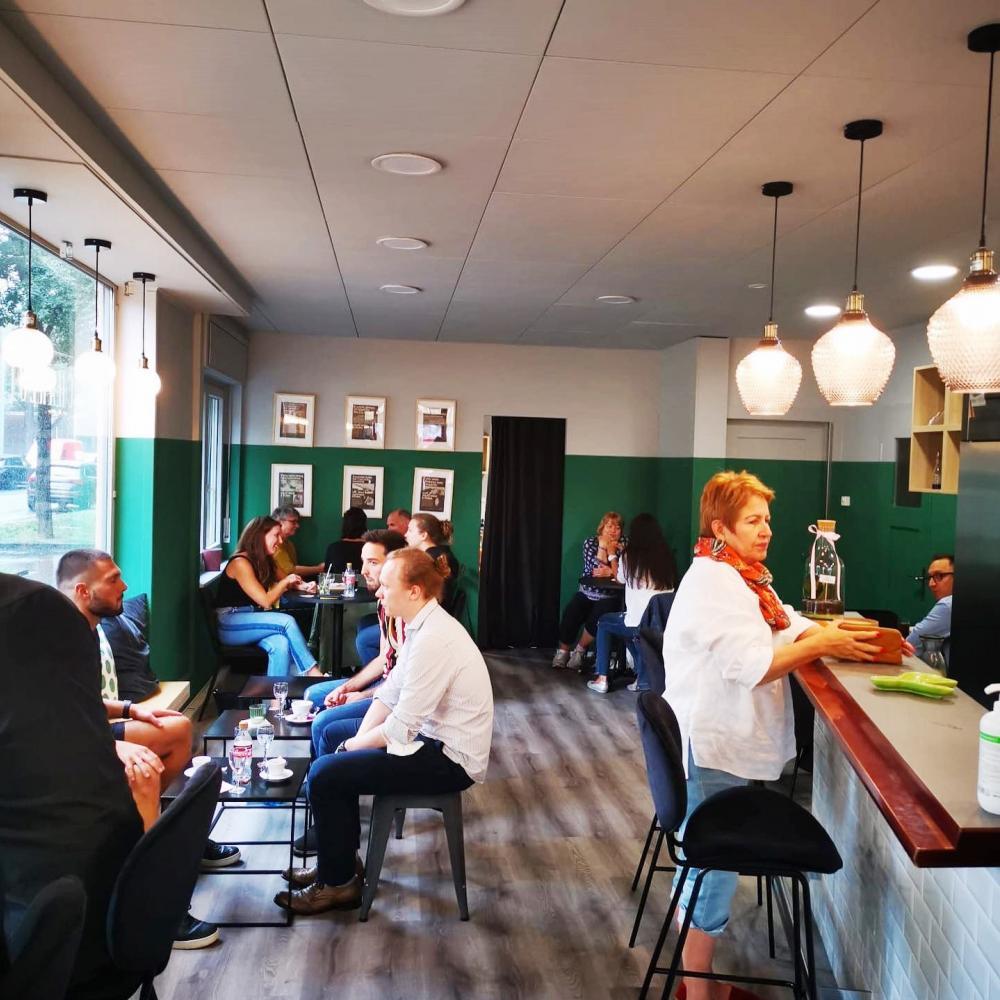 Café Charlotte, bald wieder drinnen, entspannt und ohne Maske: Wir hoffen es doch sehr!