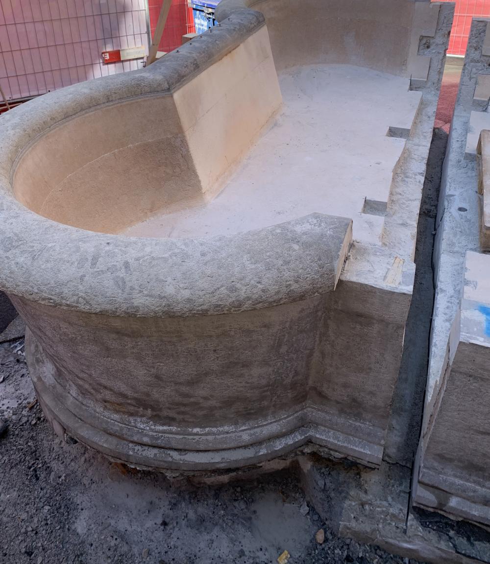 Der Dreizackbrunnen wird in zwei Hälften zerlegt.