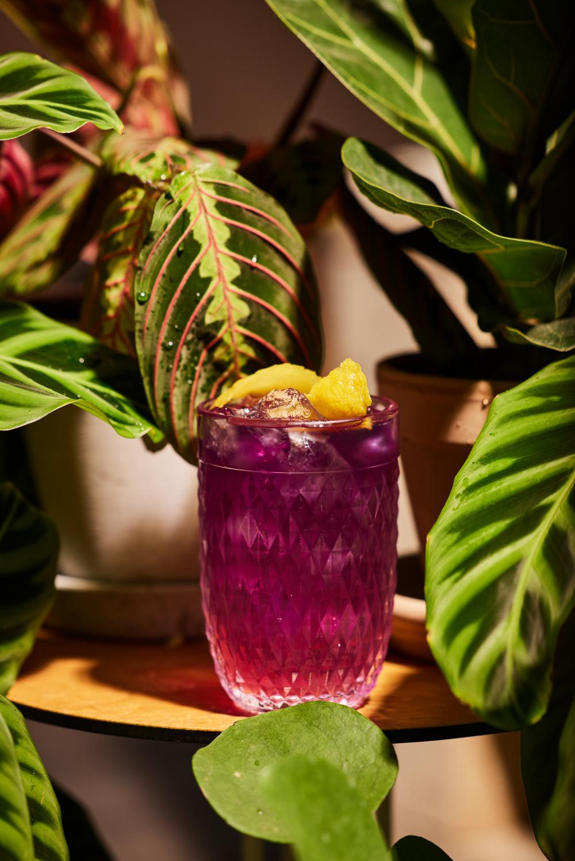 Erfrischender Eistee gefällig? Durch die Schmetterlingsblüte und Zitronensäure verfärbt sich der Drink von Blau zu Purple.