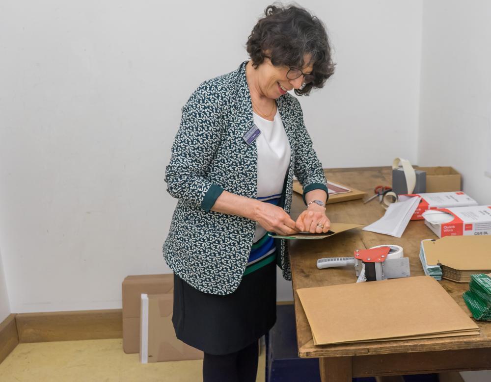 Inhaberin Franziska Stocker holt die bestellten Bücher aus dem Regal und verpackt sie eigenhändig.