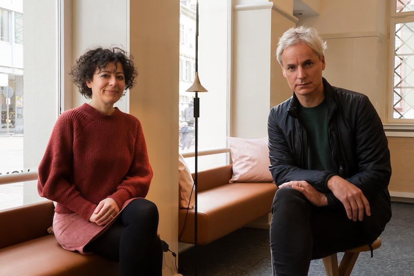 Yasmin Kherad und Ascan Mergenthaler in der Hotellobby, die auch ein kleiner Laden und ein Ausstellungsraum für Kunst ist.