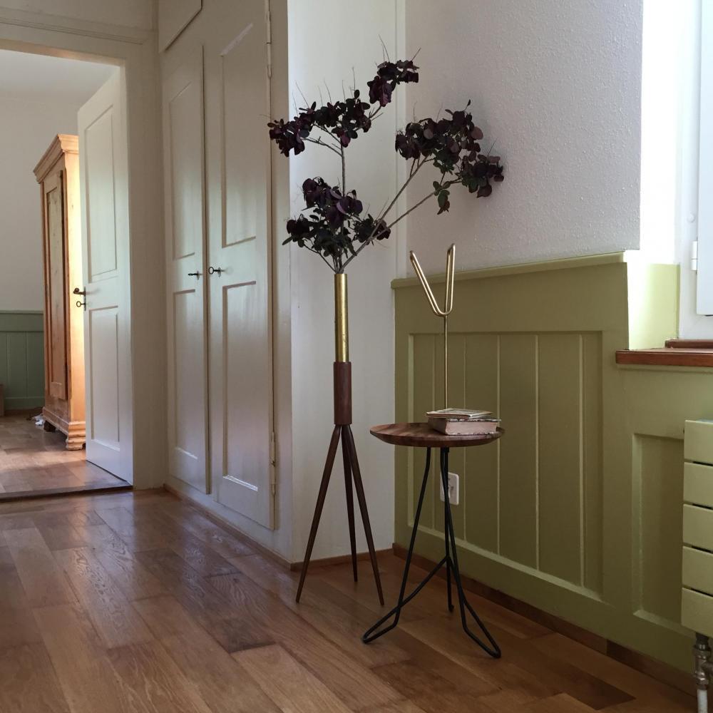 Nicht nur hübsch, sondern auch praktisch: Beistelltisch und Vase von Oliver Rudin.