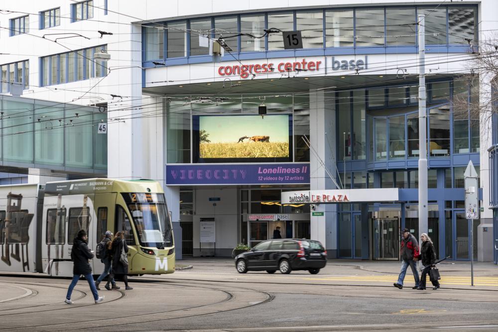 Täglich von 8 bis 24 Uhr werden 12 Videos ohne Ton auf dem eBoard des Congress Center Basel am Messeplatz 21 beim Swissôtel Le Plaza gezeigt.