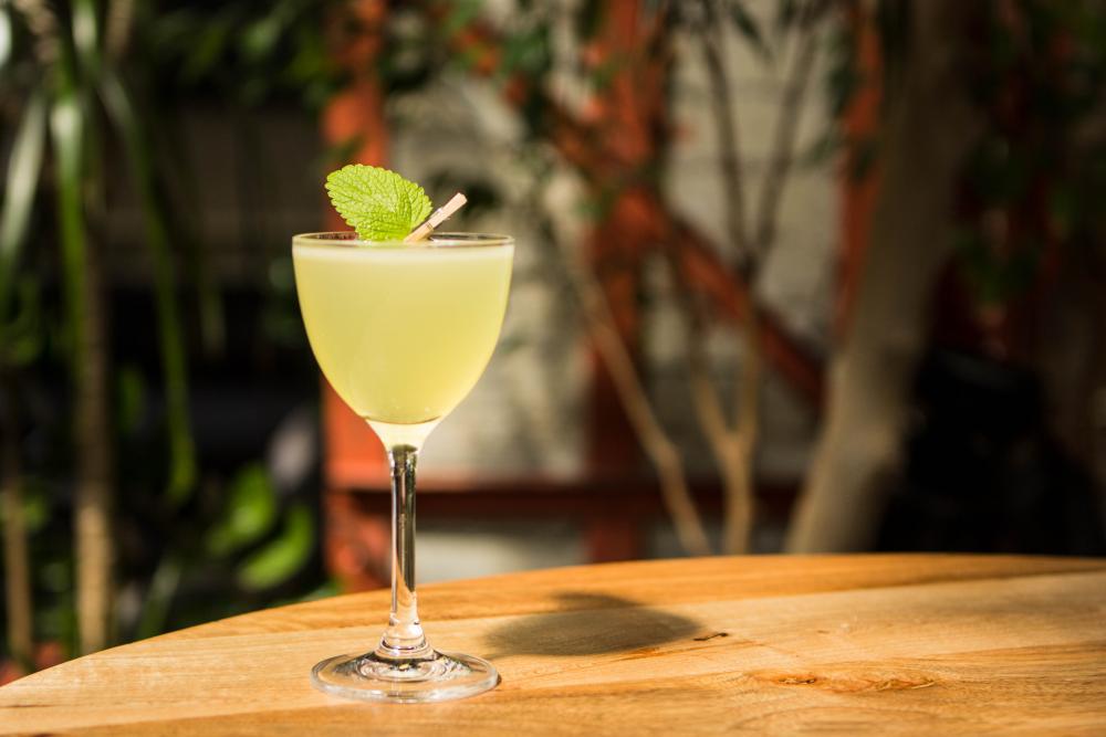 Der WERK 8 Sommer Cocktail «SCHWEIGEN IST GOLD» mit Cachaça Gold, Chartreuse Jaune, Schladerer Maraschino, Zitrone
