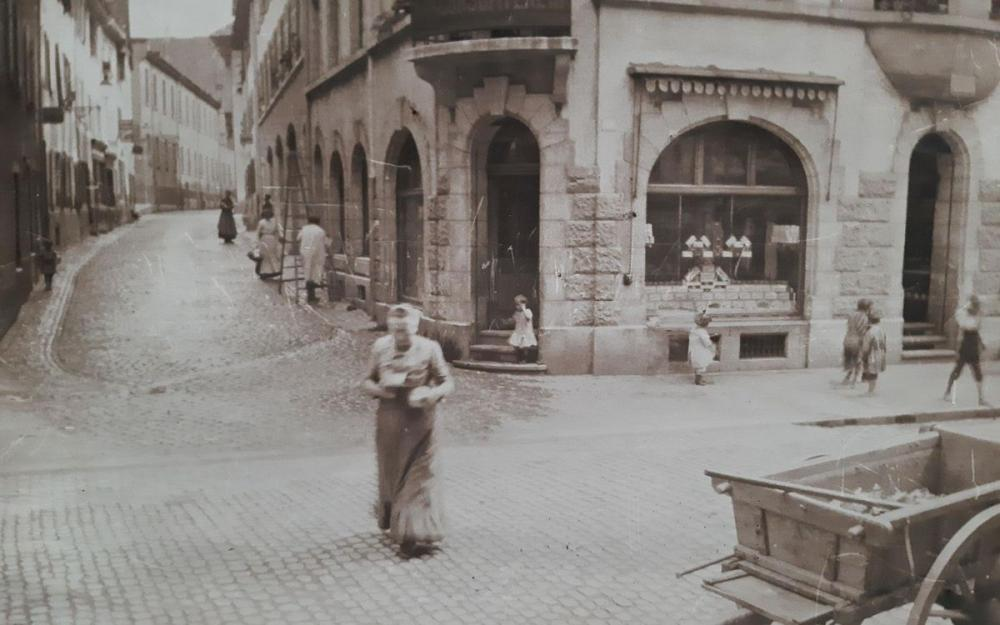 Anfang des 20. Jahrhunderts: Der erste Consum des Basler Allgemeinen Consum Vereins, dem Vorläufer von Coop, an der Ecke Rheingasse/Schafgässlein