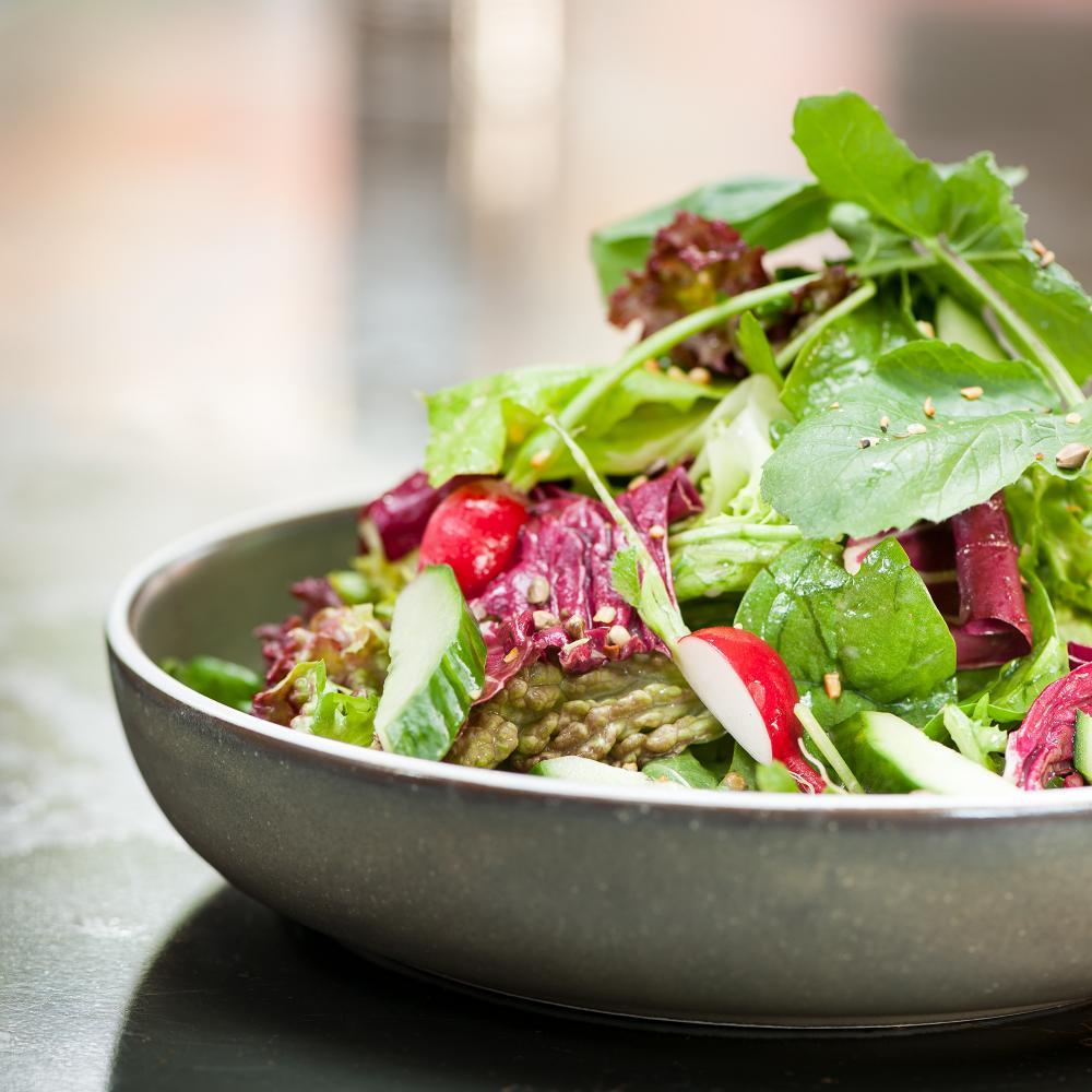 Ob für den kleinen Hunger zwischendurch oder zum spontanen Apéro: Der WERK 8 «Field Harvest Frühlingssalat»