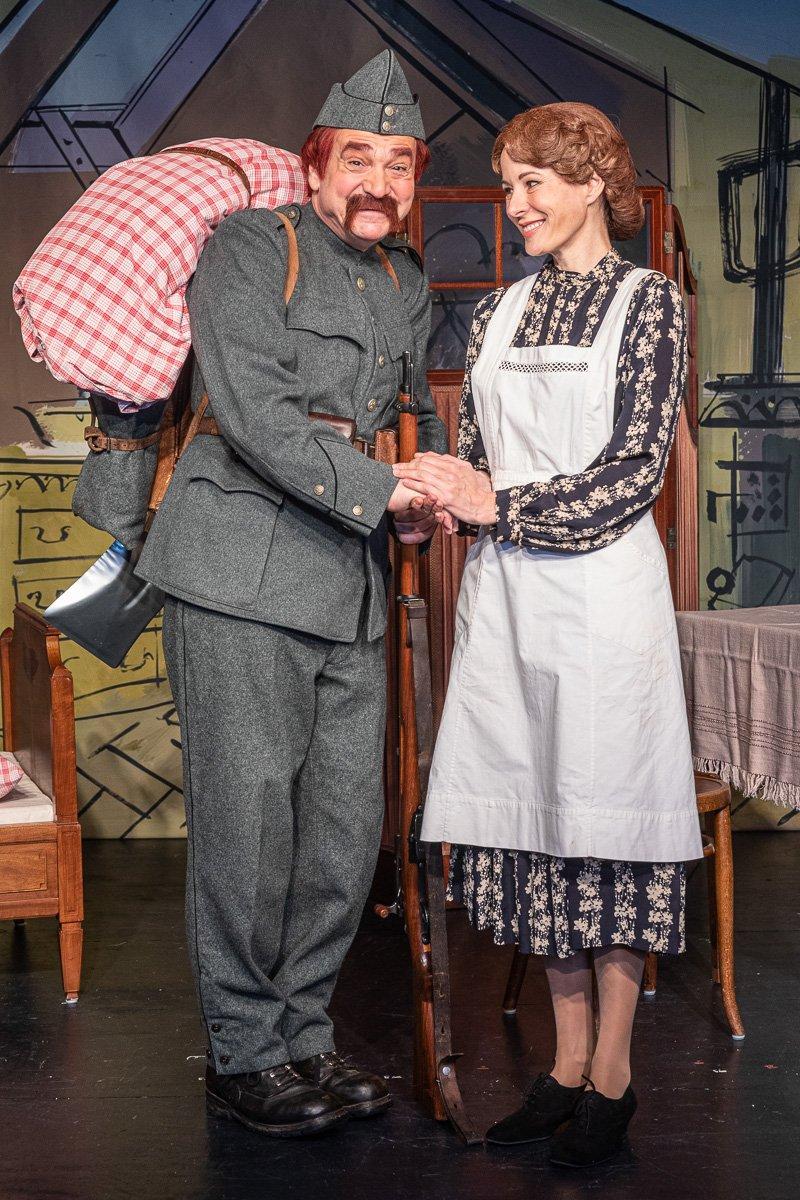 Theophil Läppli (Gilles Tschudi) steht im Fauteuil auf der Bühne.