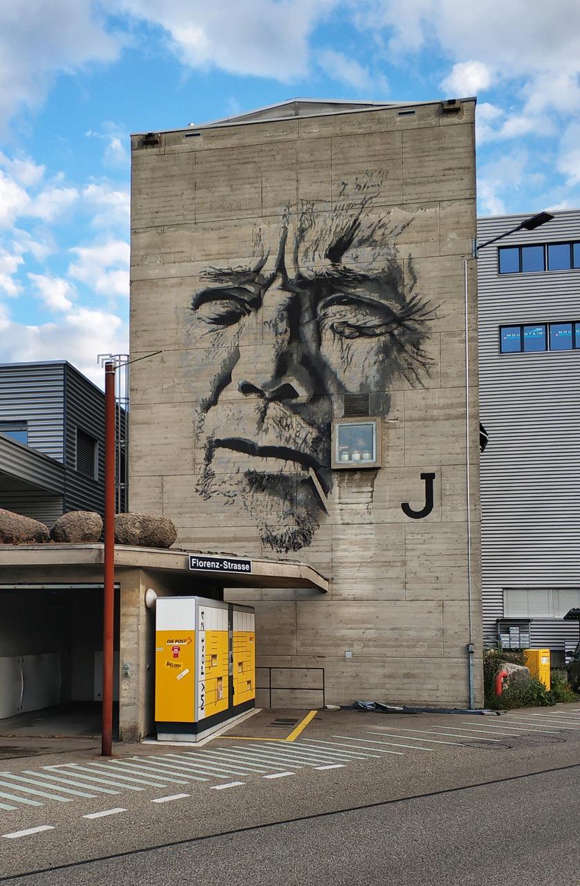 Der Mitarbeiter, den Hendrik Beikirch an der Wand der Lagerhalle am Dreispitz angebracht hat, heisst Mario. Er sieht sich auf dem Weg zur Arbeit nun täglich ins Gesicht.