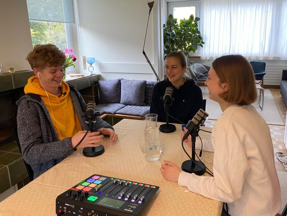 Drei Miks, ein Mischpult und ein Tisch - schon kann eine neue Podcast-Folge entstehen.