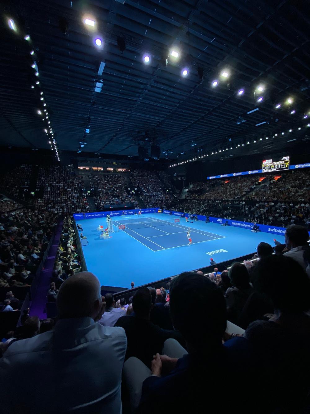 Während das Schweizer Unternehmen Rado mit Hightech-Diamanten im Tennisdorf auf sich aufmerksam macht, besticht Roger Federer als Schweizer Tennis-Diament auf dem Court.