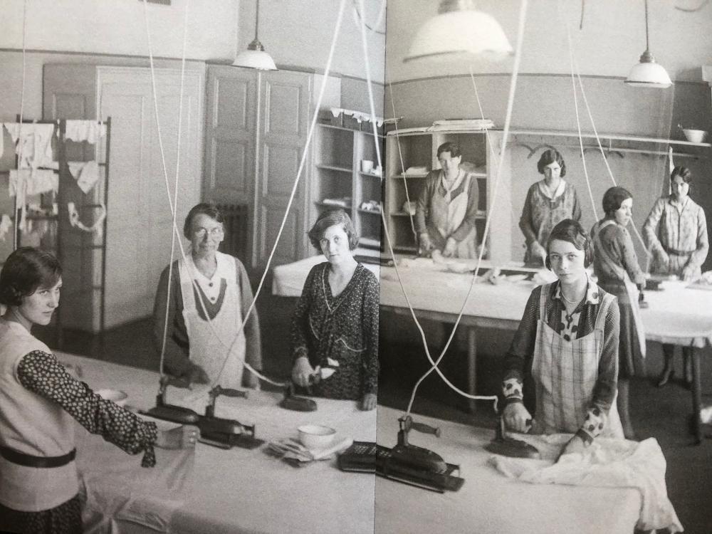 Unterricht für Glätterinnen in der Frauenarbeitsschule, 1930er-Jahre.