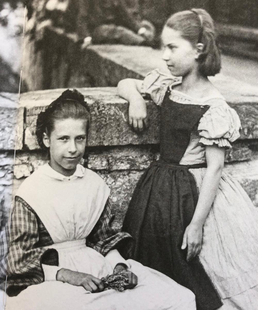 Zwei Töchter aus reicher Basler Familie in der Rittergasse, 1860. Die beiden müssen kaum einer Arbeit nachgehen, um ihren Lebensunterhalt zu verdienen. Sie sind in der Position der Herrschaft. In ihren Häusern leisten Mägde die Hausarbeit.
