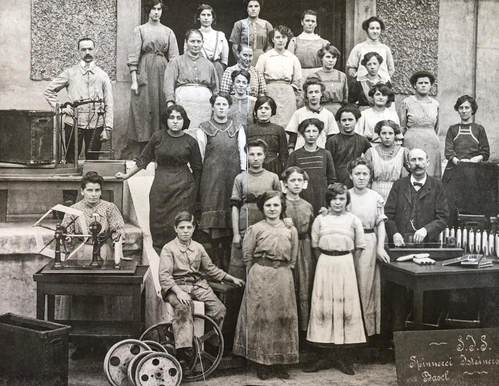 Arbeiterinnen der Seidenspinnerei am Riehenteich um 1896. Mehr als drei Viertel der Arbeitenden im Seidengewerbe waren Frauen.