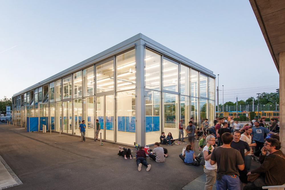 Die Produktion und das Ausstellen von Kunst spielen eine zentrale Rolle in der Tätigkeit der Studierenden des Institut Kunst. Ein Gefäss dafür ist der TANK, der Ausstellungsraum der Hochschule für Gestaltung und Kunst FHNW.