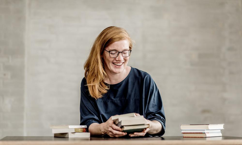 Lydia Zimmer freut sich darauf, dir die Bücher zu präsentieren, aus denen die Rezepte für den kulinarischen Literatur-Abend stammen.