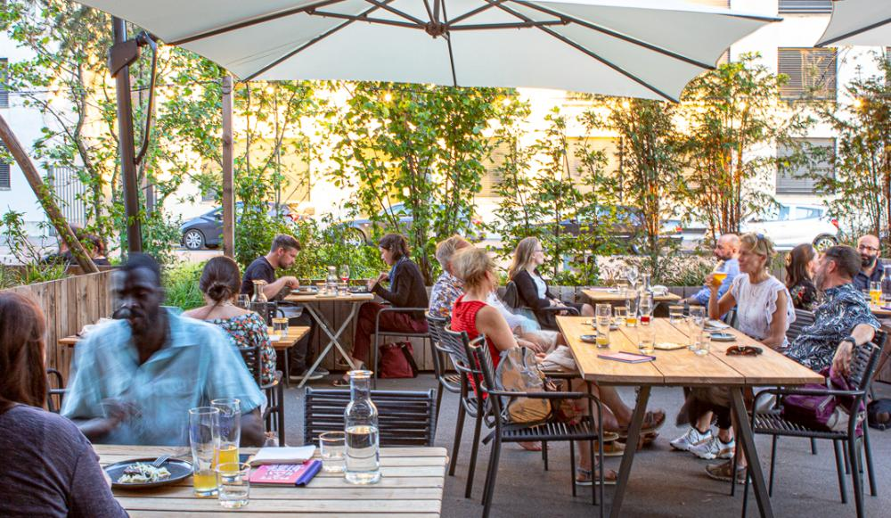 Die Matt & Elly Brewery & Kitchen überzeugt mit einmaligem Ambiente, urbanem Bier-Garten und einem kreativen Konzept aus offener Küche und hauseigener Brauerei.