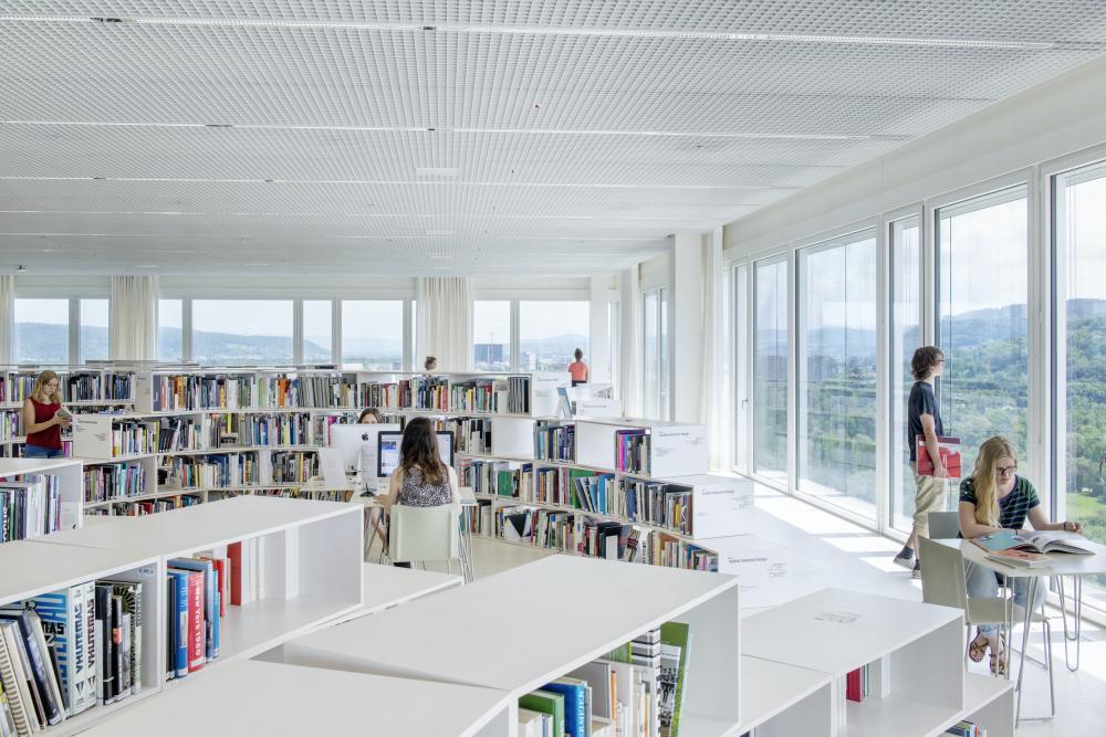 Die Mediathek befindet sich im achten Stockwerk des Hochhauses und bietet sowohl geografisch als auch im übertragenen Sinne weitläufige Aus- und Einblicke. Die ruhige Umgebung erleichtert das vertiefte und konzentrierte Arbeiten.
