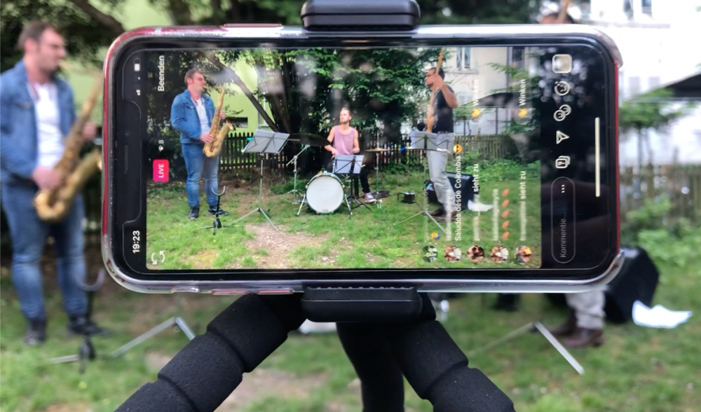Mitten im Hof – und gleichzeitig per Live-Stream bei dir zuhause
