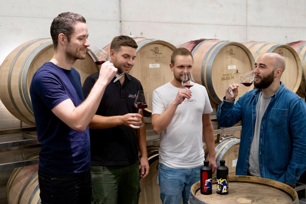 ... haben Chris, Manuel, Nadia und Pan mit dem renommierten Weingut Jauslin aus Muttenz zusammengespannt.