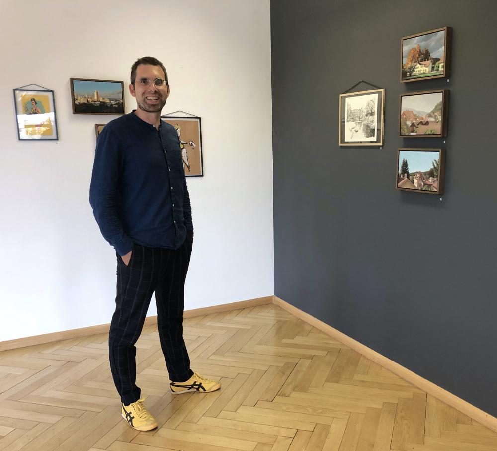Philipp Brogli im Artstübli. An der Wand: Studien und Skizzen von David Monllor, Pollo 7, Daniel Zeltner und Fafa.
