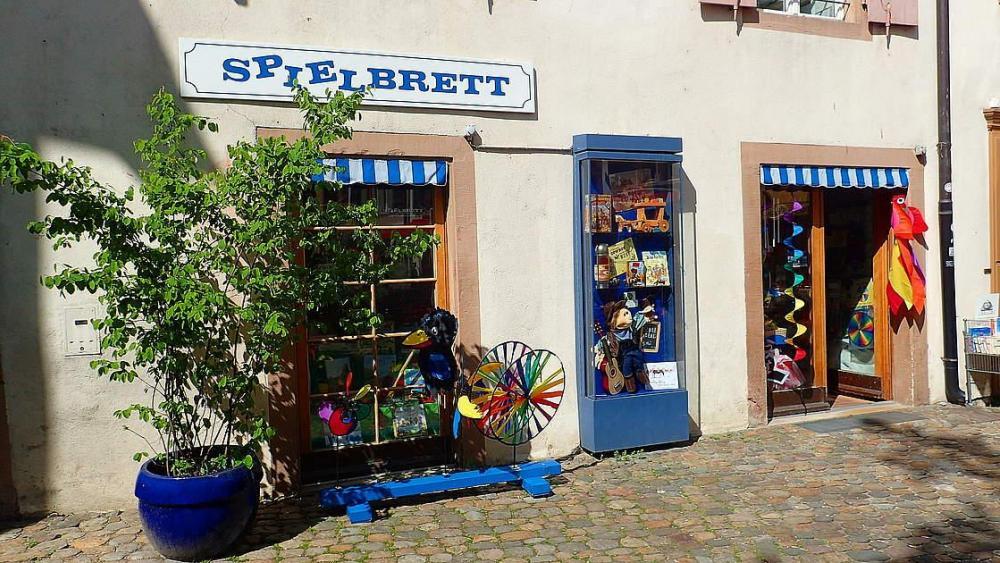 Auch rund um den Andreasplatz, einem der ruhigsten und lauschigsten Örtchen der Stadt, triffst du viele kleine Schatztruhen an, wie beispielsweise das Basler Traditionsgeschäft Spielbrett.