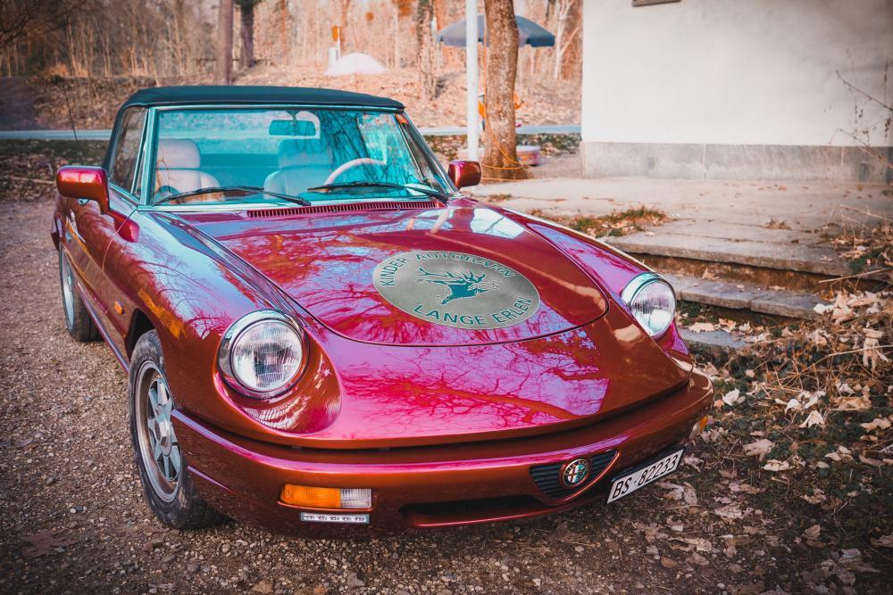 Nicht zu übersehen ist Heinz P. Müllers Alfa Romeo Spider, den er täglich bei der Autobahn parkiert.