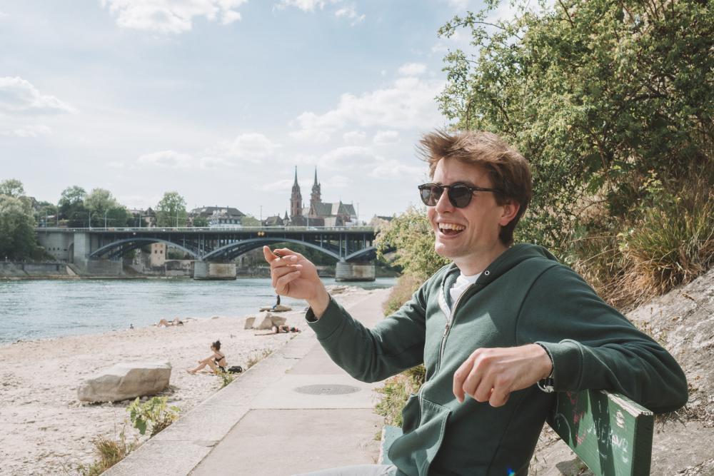 Was tut man in einer fremden Stadt während eines Lockdowns? Man sucht sich ein Bänkli an der Sonne und lässt der Kreativität freien Lauf. So hat es zumindest Lukas Nathrath getan.