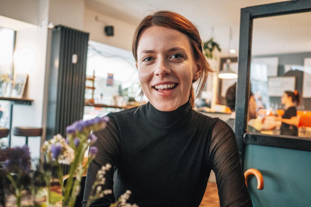Die polnische Filmemacherin Katarzyna Iskra in ihrem Lieblings-Café «Frühling» im Matthäus-Quartier.
