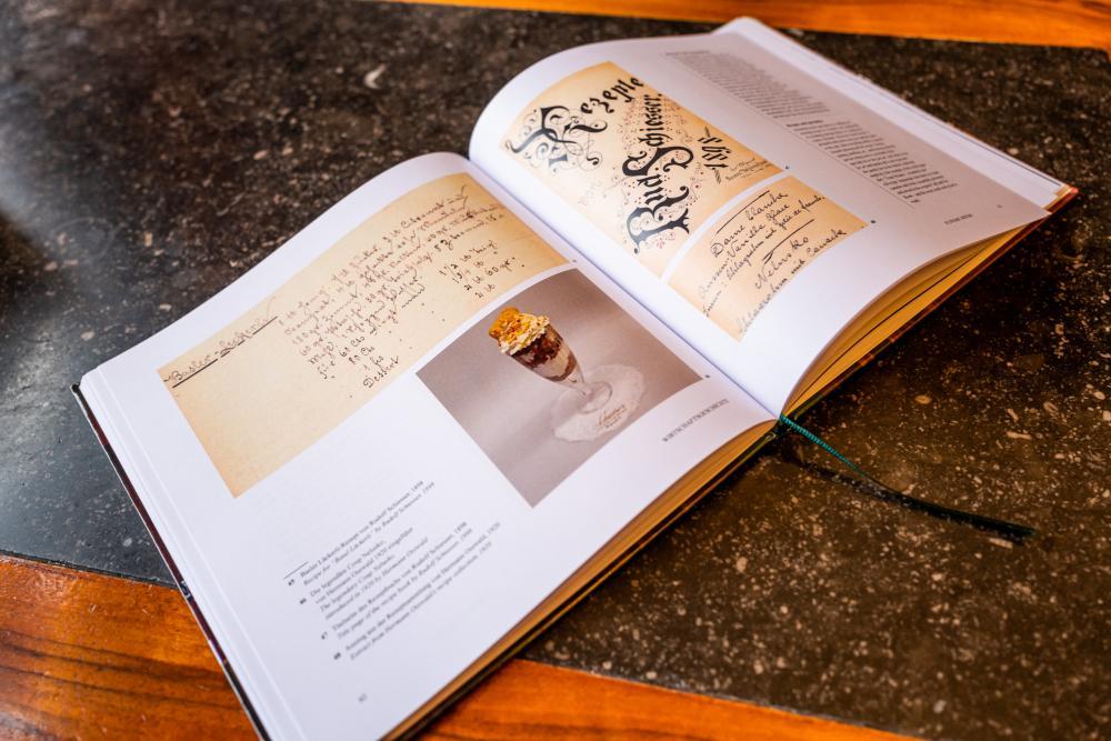 Der legendäre Coupe Nelusko hat es natürlich auch ins Buch geschafft. Und das Leckerli-Rezept von Rudolf Schiesser aus dem Jahr 1898.