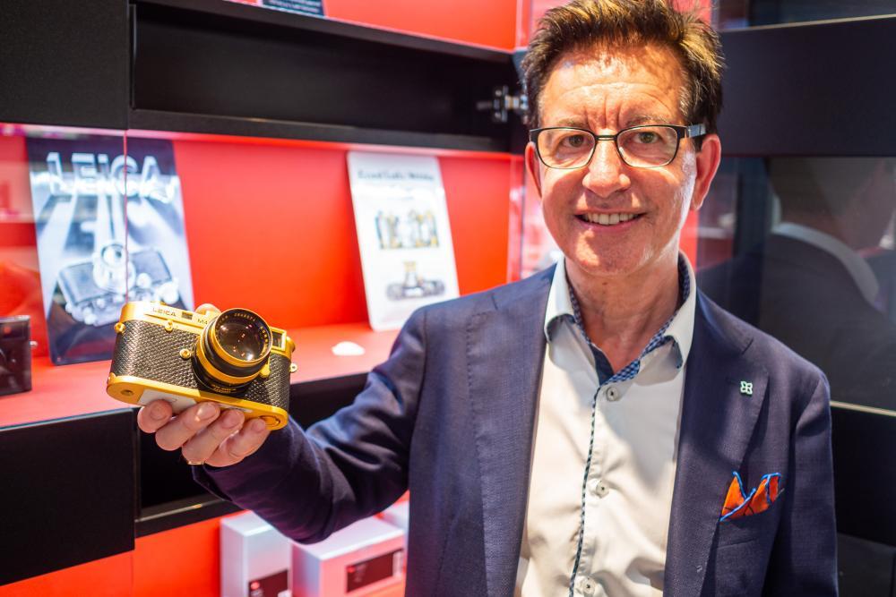 Auch Sammlerstücke gibt's bei Foto Marlin zu bestaunen: Eine goldene Leica in Erinnerung an Oskar Barnack – er gilt als Erfinder der 35-mm-Kleinbildkamera.