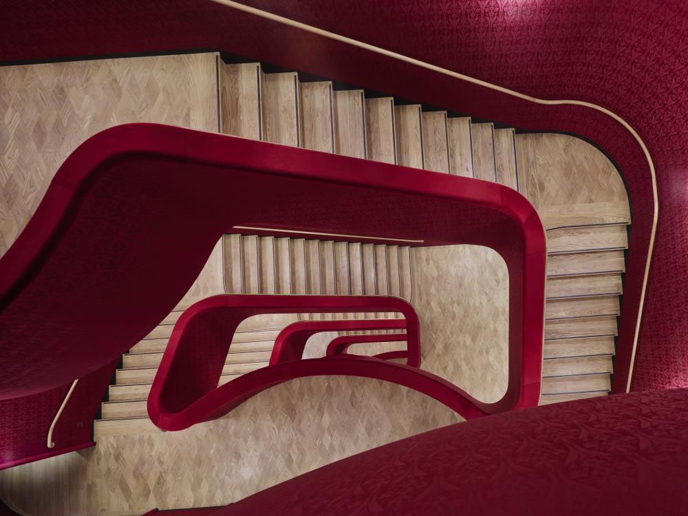 Dass auch ein Treppenhaus Kunst sein kann, siehst du im Innern. Aber keine Angst; es gibt auch einen Lift!