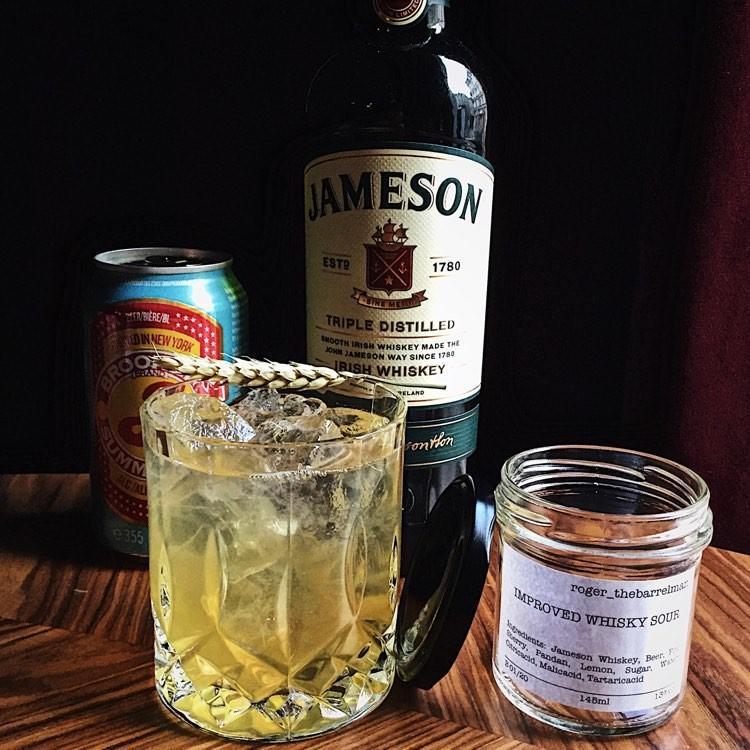 Dank Aktienmühle at Home kannst du Rogers Whisky Sour auch zuhause geniessen.