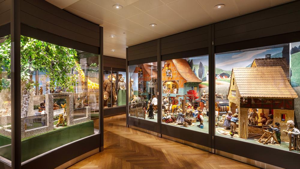In der Museumsvitrine sind einige imposante Studiotiere zu sehen wie zum Beispiel das Teddy-Baby mit einer stattlichen Körpergrösse von 1,5 Meter, der Dino und die Giraffe.
