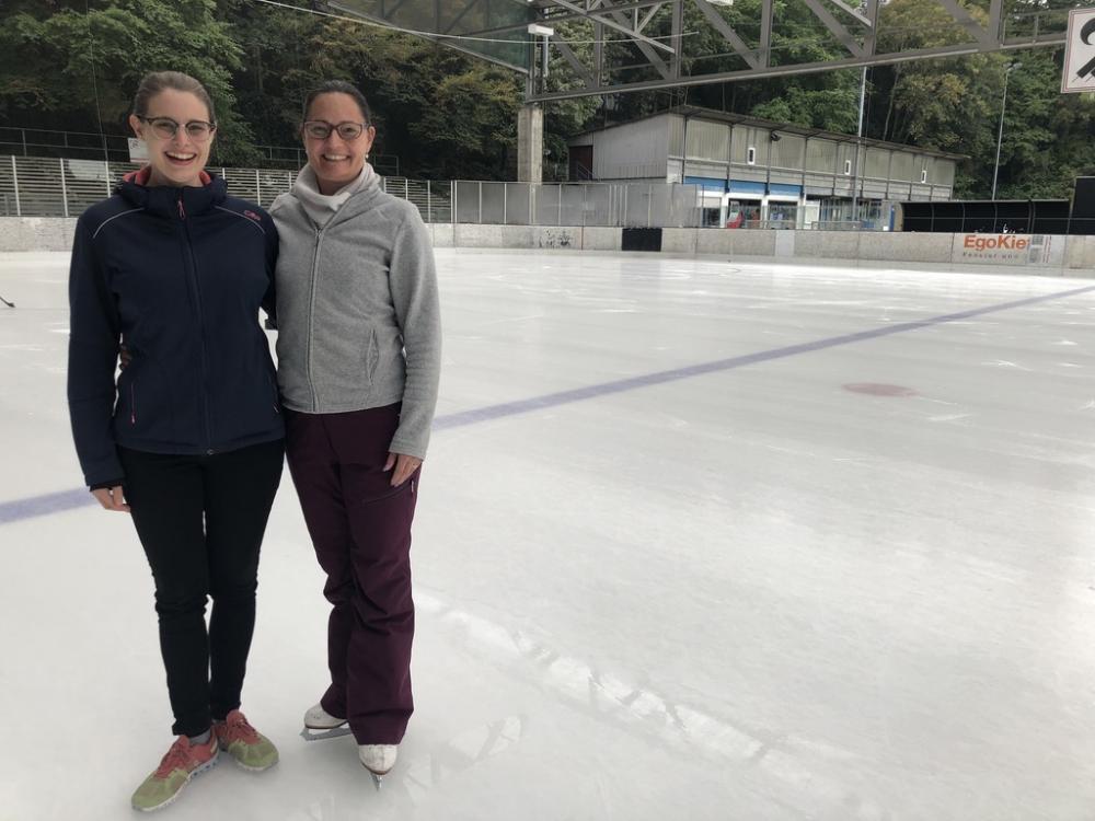 Für Carmen Bühler (links) und Annekäthi Lutz (rechts) gibt es nichts Schöneres als eine blank polierte Eisfläche. Eine Begeisterung, die ansteckt.