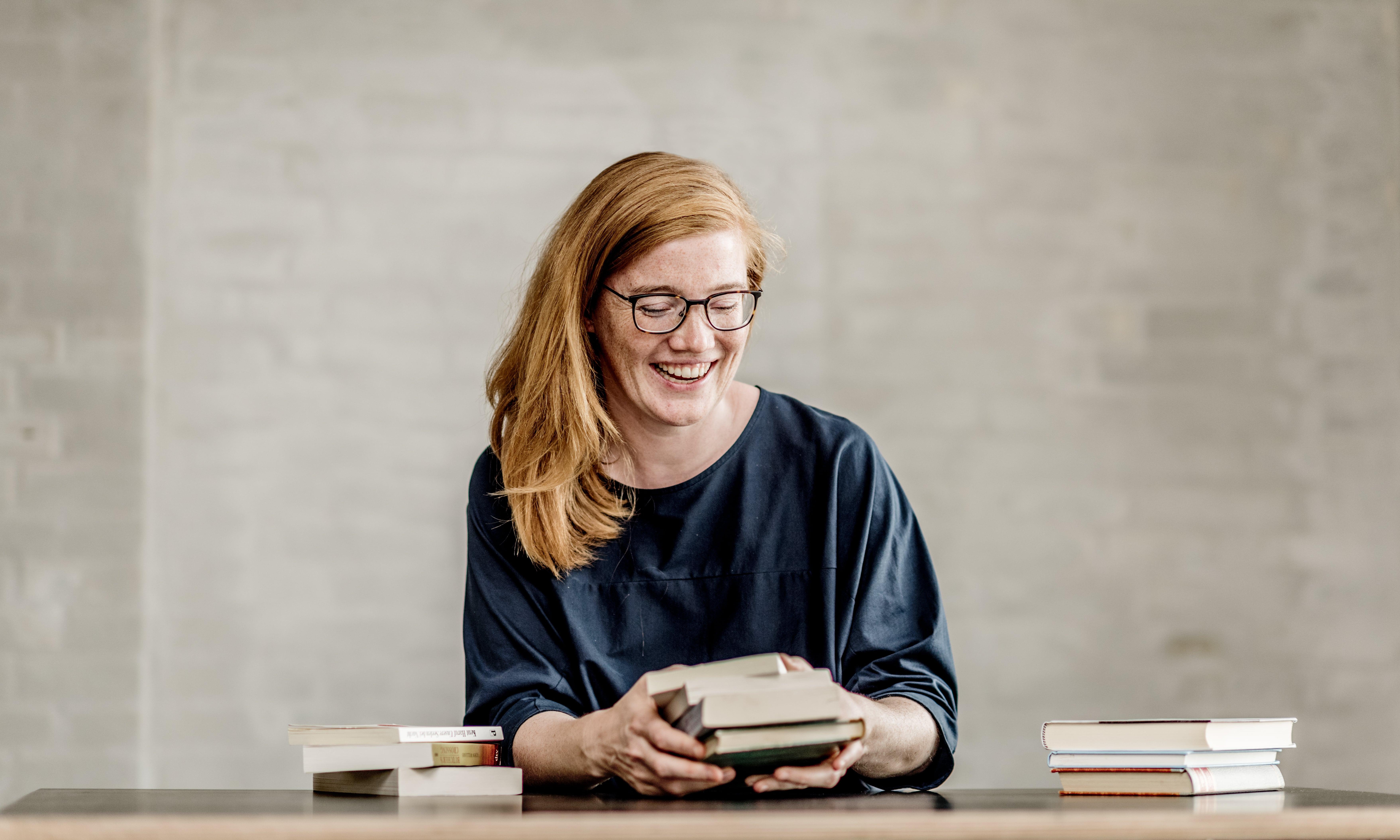 Lydia Zimmer freut sich darauf, dir die Bücher zu präsentieren, aus denen die Rezepte für den kulinarischen Literatur-Abend stammen. (© Mette Johnson)